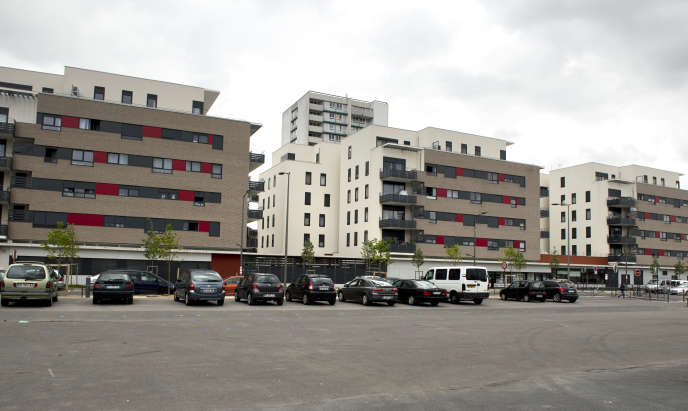 Le 12 mai 2014, de nouveaux immeubles dans la rue Emile-Zola à Clichy-sous-Bois, en banlieue de Paris, dans le cadre du plus grand projet de réhabilitation et de reconstruction des quartiers défavorisés de France.