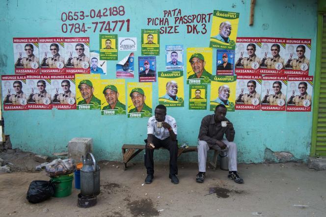 Près d'un bureau de vote à Dar es-Salaam, le 25 octobre.