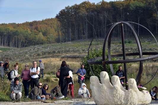 Une stèle en hommage à Rémi Fraisse a été érigée dans la forêt de Sivens.