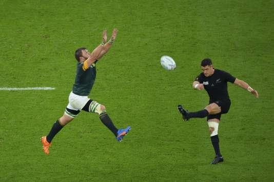 Dan Carter évite le contre sud-africain, le 24 octobre à Twickenham.
