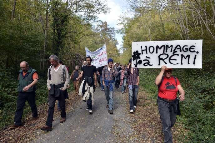Une marche en hommage à Rémi Fraisse, entre Gaillac et Sivens (Tarn), le 25 octobre 2015.