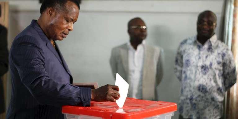Le président congolais, Denis Sassou Nguesso, vote à Brazzaville, le 25 octobre.
