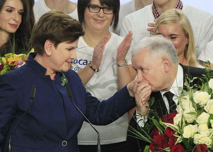 Le président du parti Droit et justice (PiS), Jaroslaw Kaczynski, et Beata Szydlo, probable future première ministre du pays.