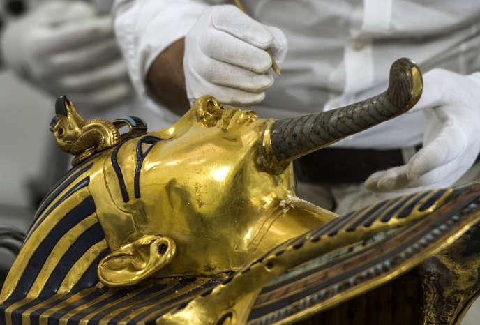 Le masque doré de Toutankhamon devrait subir une restauration de plusieurs mois dans les laboratoires du musée du Caire.