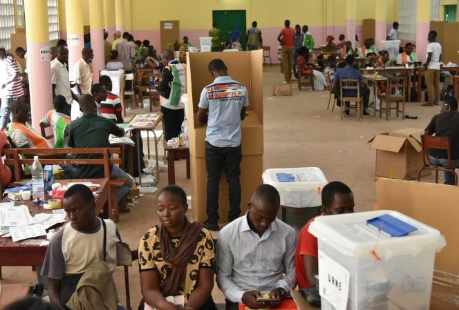 Dans un bureau de vote d'Abidjan en Côte d'Ivoire, le 25 octobre 2015.