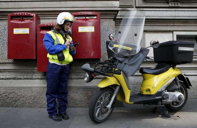 Une employée de Poste Italiane à Milan, le 22 octobre.