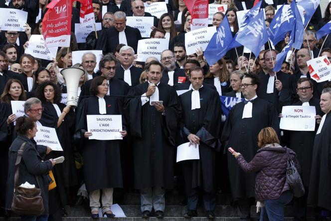 Rassemblement d'avocats pour protester contre la réforme de l'aide juridictionnelle, à Paris, le 26octobre.