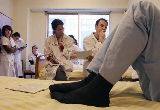Un docteur et des internes écoutent un patient le 07 fevrier 2007 dans une unité fermée de l'hôpital Sainte-Anne à Paris.