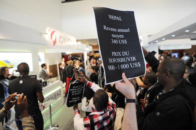 Des militants d'Act Up dénoncent le prix dusofosbuvir, en 2014 à Montpellier.