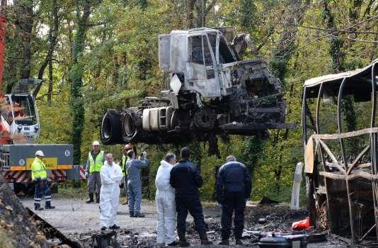 L'enlèvement des épaves du bus et du camion sur les lieux de l'accident de Puisseguin le 26 octobre 2015.