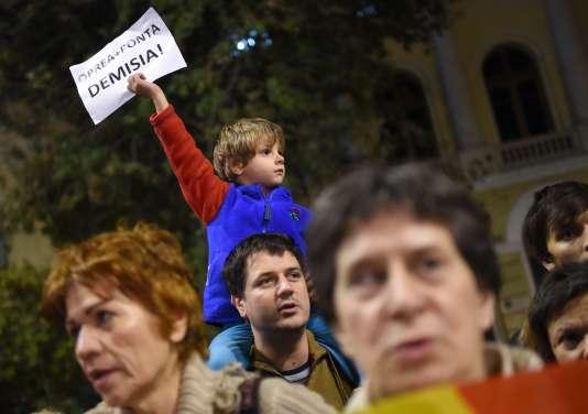 Le chef de l'Etat, Klaus Iohannis (conservateur), a appelé sur sa page Facebook à une réaction des responsables politiques, qui «ne peuvent pas ignorer ce sentiment de révolte».