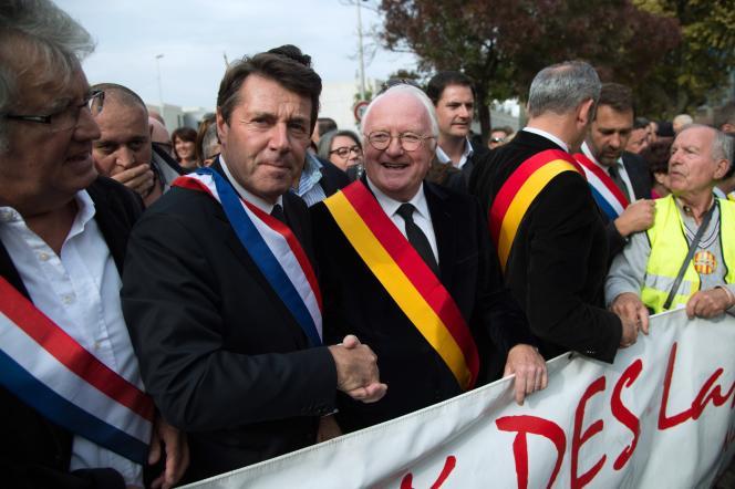 Christian Estrosi, le maire (LR) de Nice (à gauche) et Michel Vauzelle, président (PS) de la région PACA, manifestent pour les langues régionales, le 24 octobre 2015 à Arles.