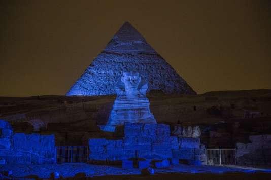 Les Grandes Pyramides et le Sphinx, près du Caire en Egypte, éclairés en bleu pour les 70 ans des Nations Unies, le 24 octobre 2015.