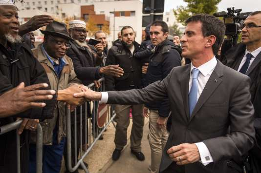 Manuel Valls, en visite à la Vigne blanche, quartiers des Mureaux, le 26octobre2015.