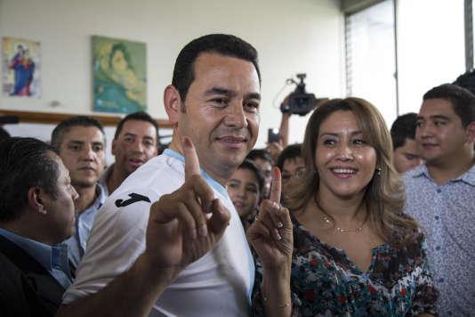 Jimmy Morales et sa femme, Hilda Patricia, dans leur bureau de vote de Mixco, au Guatemala.