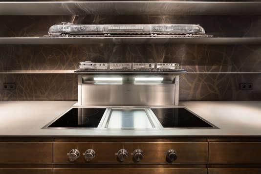 """Cette cuisine en inox, conçue pour la boutique parisienne L'Eclaireur par No Name Kitchen Manufacture, se veut une """"expérience de vie"""" à part entière."""