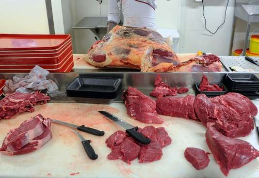"""Viande de bœuf dans un supermarché de Besançon en 2013. En 2014, les Français ne consommaient """"que"""" 86 kg équivalent carcasse de viande, selon France Agrimer."""