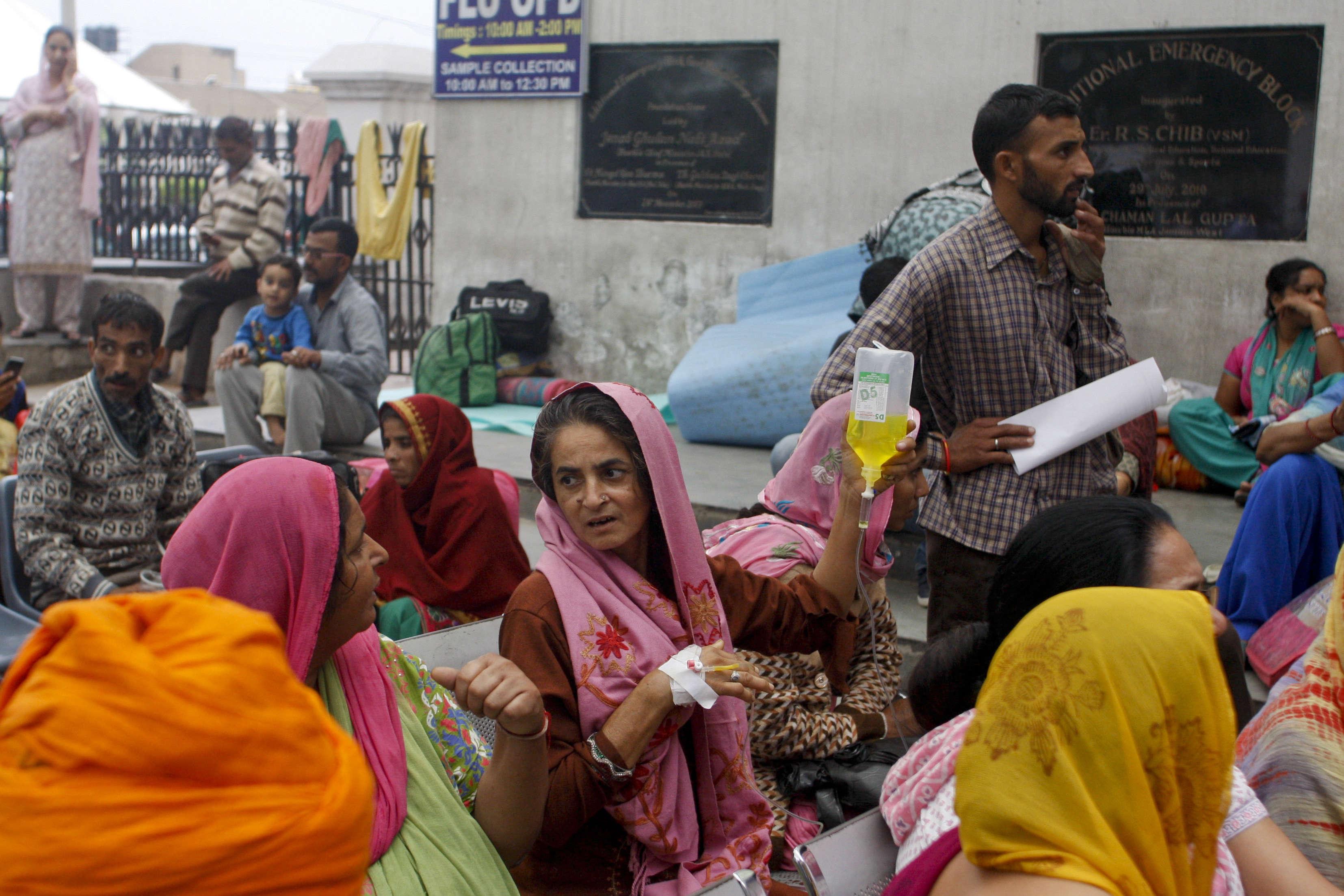 Des patients d'un hôpital de Jammu, en Inde, ont été conduits à l'extérieur par mesure de sécurité. A New Delhi, le tremblement de terre a été ressenti plus violemment que lors du séisme qui avait été fortement frappé le Népal en avril.