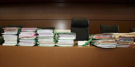 Des dossiers d'instruction, le 23 mai 2005, dans la salle d'audience du tribunal correctionnel de Bobigny.