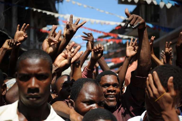 Des partisans du parti d'opposition Civic United Fron au le lendemain des élections générales du 25 octobre 2015 à Zanzibar.