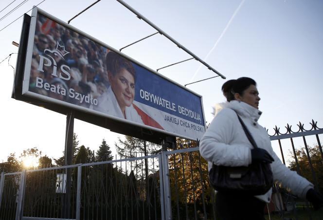 Affiche électorale du PIS, à Varsovie, deux jours après les législatives.