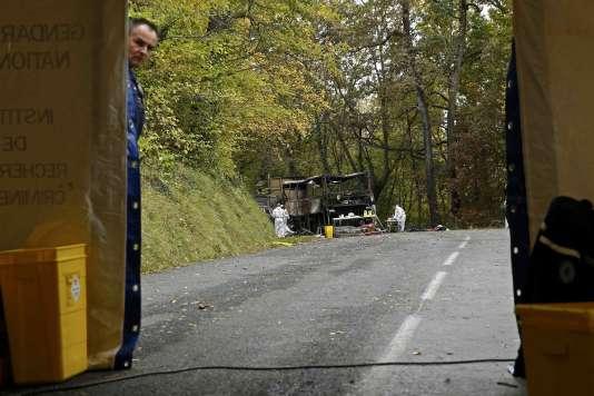 L'accident causé par la collision entre un car et un camion avait causé la mort de 43personnes, notamment en raison d'un incendie particulièrement rapide et violent.