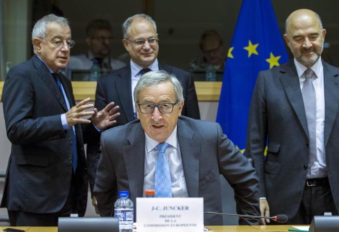 Jean-Claude Juncker, le président  de la Commission européenne,  le 17septembre à Bruxelles.  A droite, Pierre Moscovici, chargé des affaires économiques ;  à gauche,  Alain Lamassoure, le président  de la commission spéciale «Taxe».
