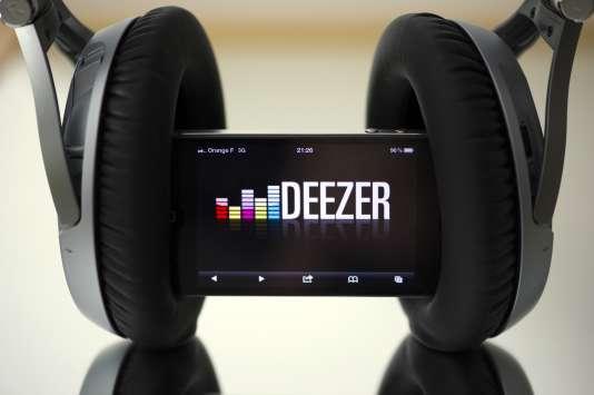 Des écouteurs et un smartphone connecté au site français de musique en streaming Deezer, en octobre 2012.