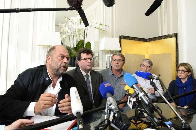 Pascal Fauret (troisième à droite), en compagnie de ses avocats Eric Dupond-Moretti et Jean Reinhart, le 27octobre à Paris.