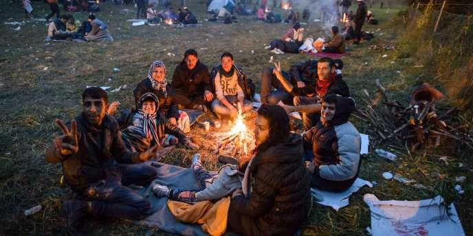 Des réfugiés attendent de franchir la frontière entre la Slovénie et l'Autriche, le 27octobre.