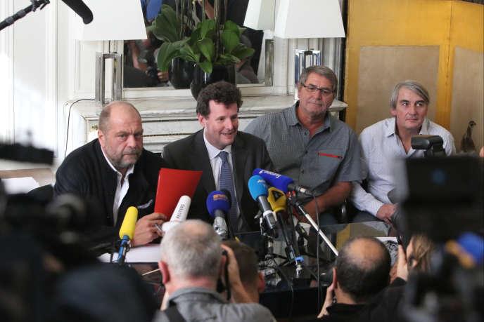 Les avocats Eric Dupond-Moretti et Jean Reinhart, le pilote Pascal Fauret et Philippe Heneman, président du comité  de soutien aux pilotes, mardi 27octobre, à Paris.