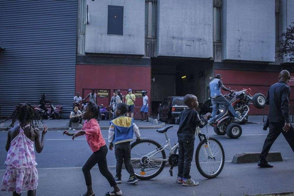 Quads et motos sont légion à Clichy. Aux beaux jours, dans un bruit assourdissant, certains passent leur après-midi à faire des figures et des accélérations.