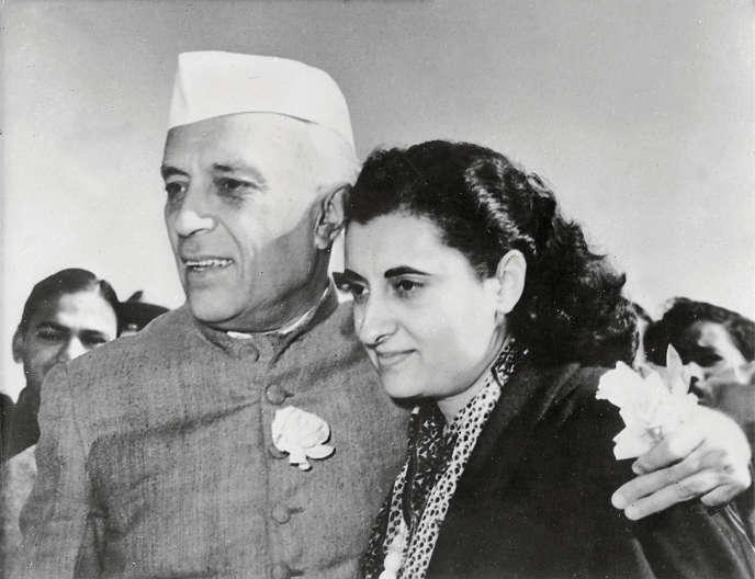 Indira Gandhi (1917-1984) avec son père Jawaharlal Pandit Nehru en 1959.