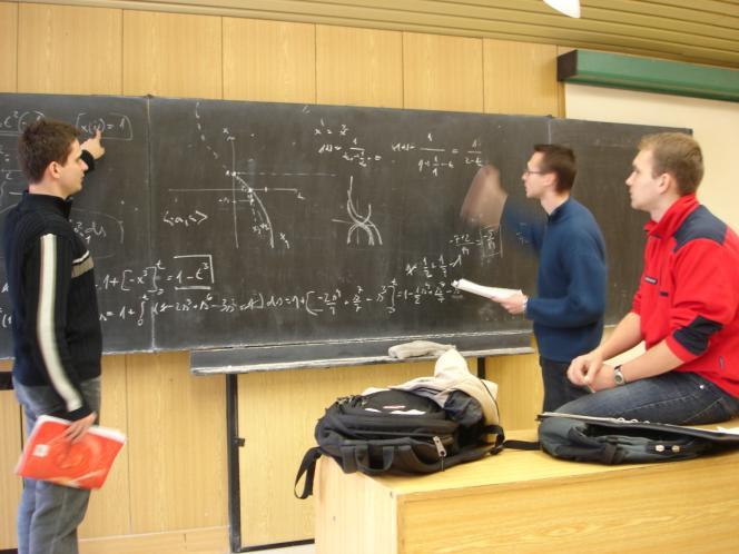 Des étudiants résolvent des équations différentielles.