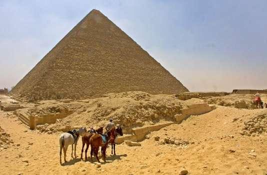 La Grande Pyramide de Khéops, sur le plateau de Gizeh près du Caire en Egypte.