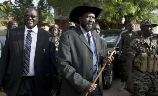 Riek Machar (à gauche), alors vice-président du Soudan du Sud, et le président Salva Kiir, à Juba, en avril 2010.