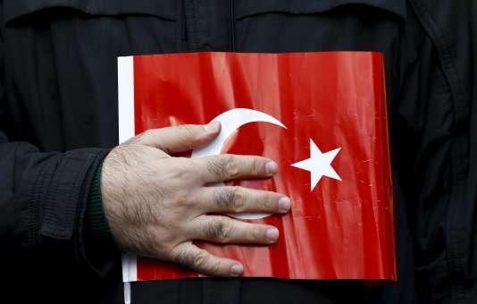 Ce regain de violence intervient deux jours après la victoire du parti du président Recep Tayyip Erdogan, qui a durcit son discours envers les Kurdes.
