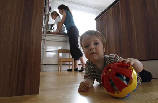 Les mères continuent tout de même d'assumer 65 % des tâches parentales.