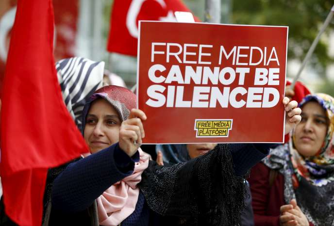 Partisans de Gülen aux abords du siège de Bugün TV et de Kanaltürk, à Istanbul, le 28 octobre.