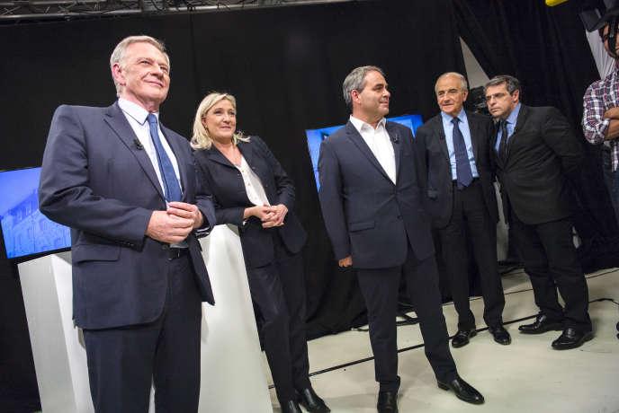Pierre de Saintignon, Marine Le Pen et Xavier Bertrand dans les locaux de La Voix du Nord avant leur débat sur les élections régionales à Lille le 27 octobre 2015.
