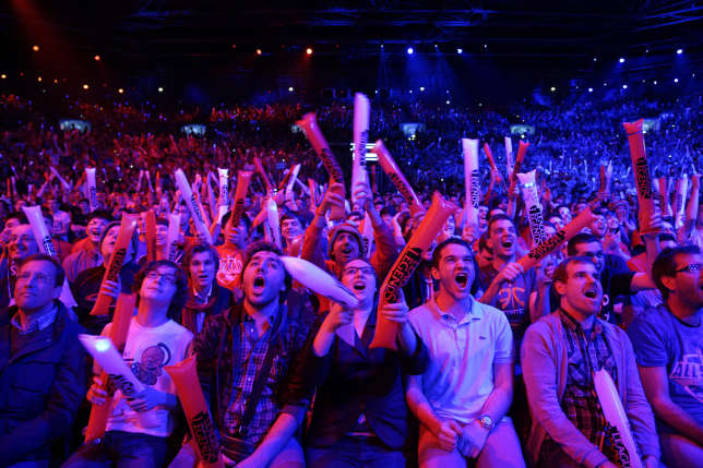 "Le public encourage les joueurs d'un tournoi de ""League of Legends"", en mai 2014 à Paris."