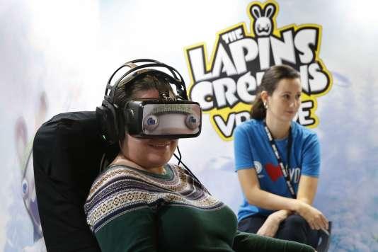 Un visiteur de la Paris Games Week essaie un casque de réalité virtuelle dans l'univers des Lapins crétins d'Ubisoft.