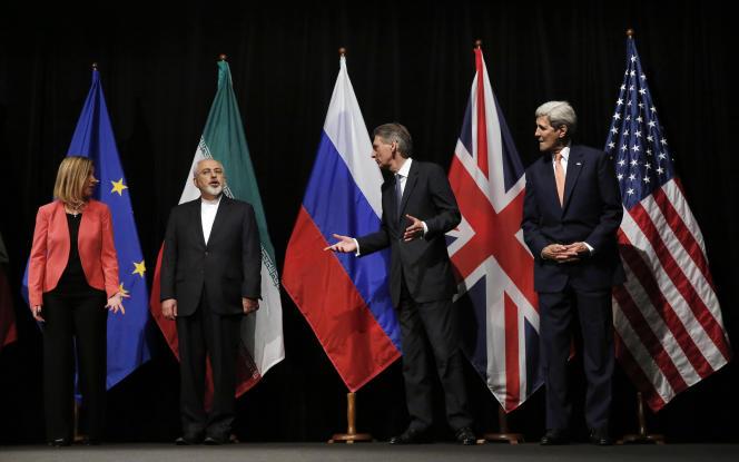 De gauche à droite : Federica Mogherini aux côtés des ministres des affaires étrangères iranien Javad Zarif, britannique, Philip Hammond, et américain, John Kerry.