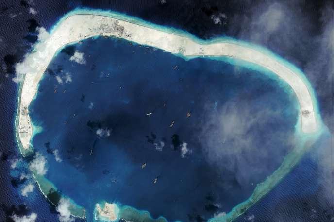 Le récif de Mischief, que des navires chinois transforment en îles, photographié par satellite, le 8 septembre.