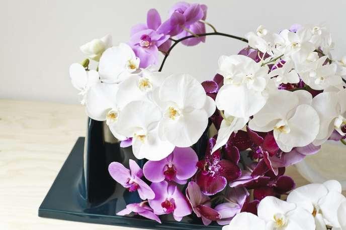 Les orchidées sont posées sur un présentoir/porte-revues en céramique de Laetitia de Allegri. « Sans titre no 2 ». www.laetitiadeallegri.com.
