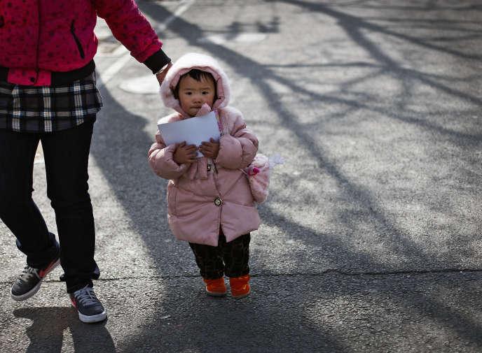 Une femme et sa fille dans Beijing, en 2011.