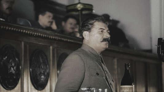 """5e Congrès du Parti communiste russe à Moscou, le 5 décembre 1936.  Staline proclame les résulats des """"élections"""". La nouvelle constitution de l'URSS marque le début d'un règne sans partage."""
