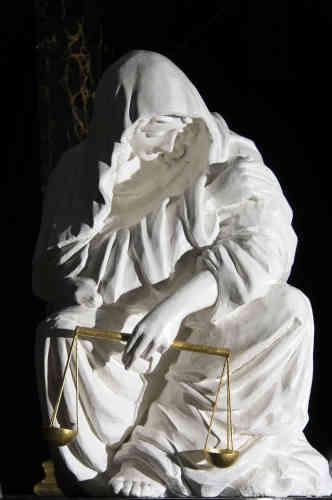 La Justice en pleureuse au pied du cercueil du roi, dans la chapelle ardente.
