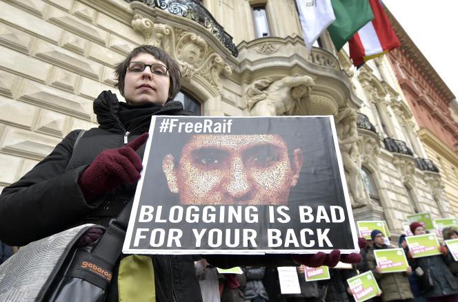 Raef Badaoui, animateur du site Internet Liberal Saudi Network, a été condamné à dix ans de prison et 1 000 coups de fouet pour « insulte à l'islam » (Photo: manifestation en faveur du blogueur à Vienne, en Autriche, le 6 février).