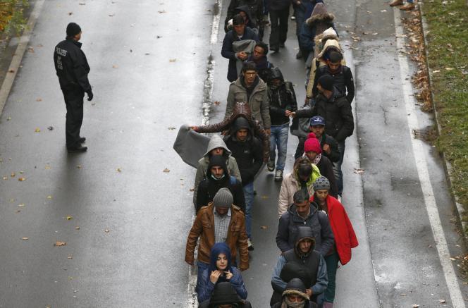 Des candidats à l'exil dans une rue à Passau, en Allemagne, arrivant de l'Autriche, le jeudi 29 octobre.